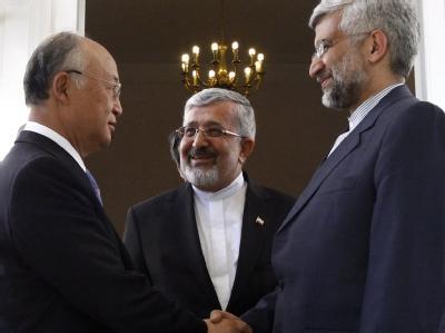 IAEA-Chef Yukiya Amano, Irans Botschafter bei der Wiener Atombehörde, Ali-Asgar Soltanieh, und der iranische Atom-Chefunterhändler Said Dschalili (v.l.n.r.) verhandeln über Teherans Atomprogramm. Foto: Mojbata Haidari