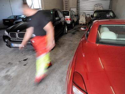 Von der Polizei sichergestellte Luxusautos stehen in einer Halle eines Abschleppdienstes. Die Polizei stellte bei Durchsuchungsmaßnahmen sieben Fahrzeuge der Marken Audi, BMW und Lexus sicher. Foto: Henning Kaiser dpa/Archiv