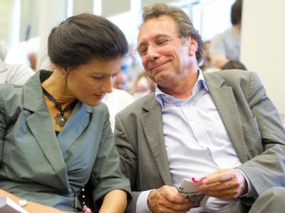 Linken-Chef Klaus Ernst hat sich nach dem Rückzug von Oskar Lafontaine für dessen Lebensgefährtin Sahra Wagenknecht als Parteichefin ausgesprochen. Foto: Soeren Stache