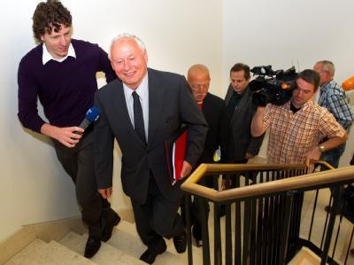 Weiter nach oben geht es für ihn wohl nicht mehr: Oskar Lafontaine (2.v.l) im Landtag in Saarbrücken. Foto: Oliver Dietze