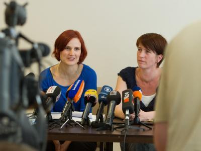 Katja Kipping (l) und Katharina Schwabedissen wollen beim kommenden Parteitag der Linken als weibliche Doppelspitze kandidieren. Foto: Jochen Lübke