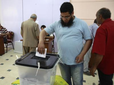 Ein Ägypter gibt in einem Wahllokal nördlich von Kairo seine Stimme ab. Foto: Andre Pain