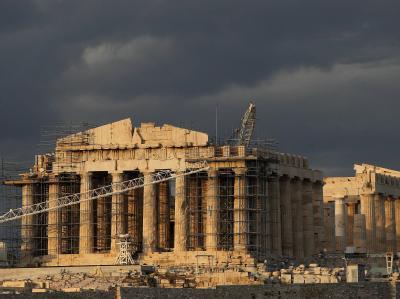 Baustelle Akropolis: Dunkle Wolken hängen nicht nur über dem Wahrzeichen von Athen. Foto: Orestis Panagiotou