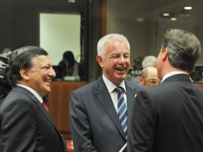 Der griechische Premierminister Panagiotis Pikramenos (M) spricht mit EU-Kommissionspräsident José Manuel Barroso (l) und dem britischen Premierminister David Cameron. Foto: Felix Kindermann