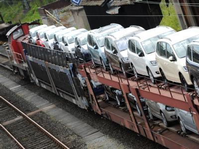 Neuwagen von Volkswagen auf dem Weg zu den Kunden: Im April blieben die Ausfuhren der deutschen Unternehmen in die Länder der Eurozone weit unter dem Niveau des Vorjahres. Foto: Arne Dedert