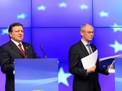 GipfelchefHermanVanRompuy Herman und EU-Kommissions-Präsident Jose Manuel Barroso. Die 27 Staats- und Regierungschefs haben vor allem über die Lage in Griechenland und Maßnahmen für mehr Wirtschaftswachstum gesprochen. Foto Oliver Hoslet