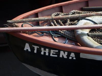 Ein Rettungsboot mit dem Namen «Athena». Griechenland soll in der Eurozone bleiben - aber nicht um jeden Preis. Foto: Arno Burgi/Archivbild