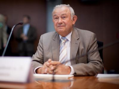 Der ehemalige bayerische Innenminister Beckstein wartet auf den Beginn der Sitzung. Foto: Michael Kappeler