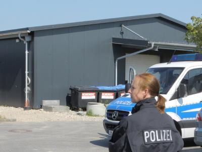 In dieser Lagerhalle im schleswig-holsteinischen Altenholz sucht die Polizei nach einem möglicherweise im Boden einbetonierten Mordopfer. Foto: Markus Scholz