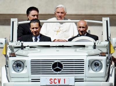 Der Vatikan hat förmliche Ermittlungen gegen den Kammerdiener des Papstes, Paolo Gabriele (L, vorn), eingeleitet. Foto: Ettore Ferrari/Archiv