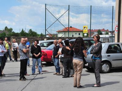 Besorgte Eltern haben sich vor der Schule im österreichischen St. Pölten versammelt. Foto: Paul Plutsch
