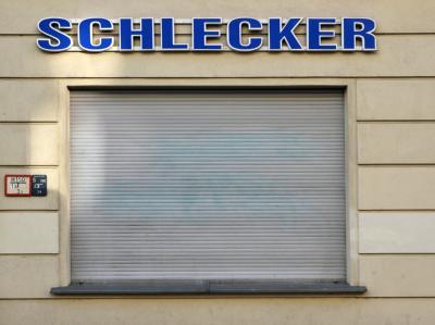 Die Rollläden einer Filiale der Drogeriekette Schlecker sind in Berlin geschlossen. Foto: Sören Stache