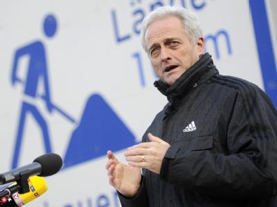 Bundesverkehrsminister Peter Ramsauer (CSU)  will den Spitzen der schwarz-gelben Koalition in wenigen Tagen ein fertiges Konzept für eine PKW-Maut in Deutschland vorlegen. Foto: Marius Becker/Archiv