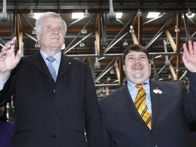 Der bayerische Ministerpräsident Horst Seehofer (l) und der Sprecher der Sudetendeutschen Landsmannschaft, Bernd Posselt Hand in Hand. Foto: Karl-Josef Hildenbrand