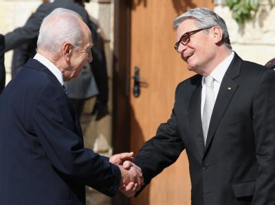 «Israel und Deutschland sind enger verbunden als jemals zuvor»: Bundespräsident Joachim Gauck (r.) wird vom israelischen Präsident Shimon Peres in Jerusalem empfangen. Foto: Wolfgang Kumm