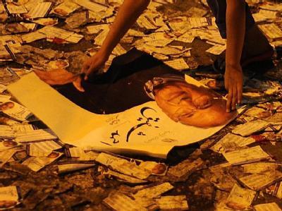 Gegner des Präsidentschaftskandidaten Ahmad Schafik verwüsteten und legten anschließend Feuer in einem Gebäude seines Wahlkampf-Hauptquartiers in Kairo. Foto: STR