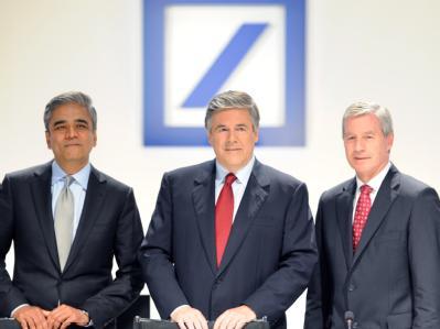 Josef Ackermann (M) präsentiert sich auf der Hauptversammlung der Deutschen Bank in Frankfurt am Main mit seinen Nachfolgern Anshu Jain (l) und Jürgen Fitschen (r). Foto: Arne Dedert