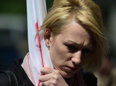 Eine niedergeschlagene Schlecker-Mitarbeiterin verlässt die Betriebsrätekonferenz in Berlin. Foto: Hannibal