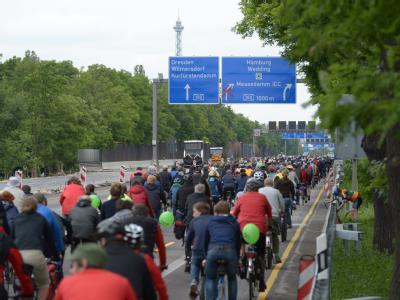 Viele Menschen radeln bei der Fahrradsternfahrt über die Autobahn Avus in Berlin. Foto: Rainer Jensen