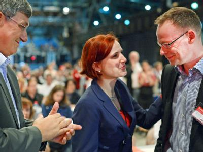 Die neuen Vorsitzenden der Linken, Katja Kipping und Bernd Riexinger (l), gratulieren dem neuen Bundesgeschäftsführer, Matthias Höhn. Foto: Jochen Lübke