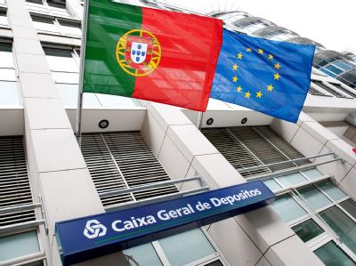 Die Flaggen von Portugal und der EU wehen in Berlin über einer Filiale der portugiesischen Bank Caixa Geral de Depositos. Foto: Claudia Levetzow
