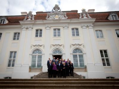 Bundeskanzlerin Merkel mit Spitzenvertretern von Wirtschaft und Gewerkschaften vor dem Gästehaus der Bundesregierung auf Schloss Meseberg. Foto: Kay Nietfeld