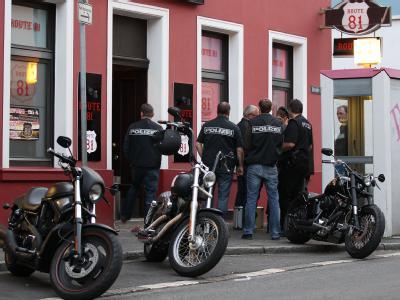 Polizisten stehen in Krefeld vor dem Clubhaus der Hells Angels. Foto: Oliver Berg