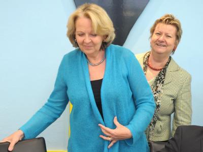 Die nordrhein-westfälische Ministerpräsidentin Kraft (SPD - l) und die Verhandlungsführerin von Büdnis 90/Die Grünen, Löhrmann. Foto: Federico Gambarini