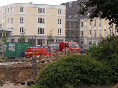 Fahrzeuge des Kampfmittelräumdienstes stehen an der Fundstelle einer Bombe in Hamburg-Heimfeld. Foto: Malte Christians