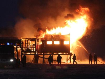 Pfahlbau in St. Peter-Ording brennt nieder