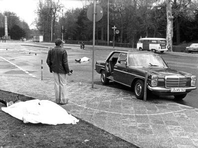 Der Tatort mit den zugedeckten Leichen Siegfried Bubacks und seines Fahrers sowie der Dienstwagen des Generalbundesanwaltes in Karlsruhe. Foto: Heinz Wieseler/Archiv