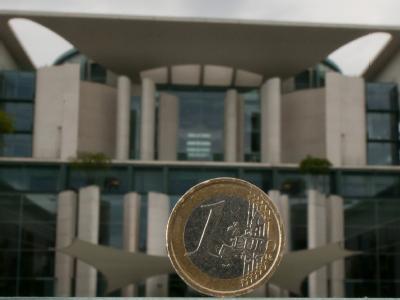 Euro vor  Bundeskanzleramt: Die schwarz-gelbe Koalition muss weiter um eine rasche Zustimmung zum Fiskalpakt bangen. Foto: Tim Brakemeier/Symbol