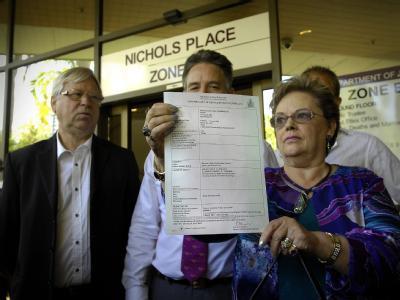 Die Eltern von Azaria Chamberlain, Lindy und Michael (l) zeigen das Urteil, das feststellt, dass ihre Tochter von einem Wildhund verschleppt wurde. Foto: Patrina Malone