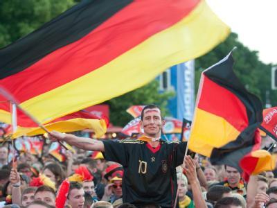 Hunderttausende Fußballanhänger feierten auf den Fanmeilen. Foto: Sebastian Kahnert