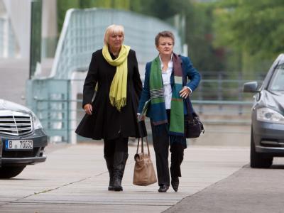 Claudia Roth (l.) und Renate Künast auf dem Weg ins Bundeskanzleramt in Berlin. Foto: Tim Brakemeier