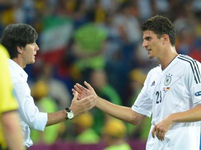Bundestrainer Joachim Löw gratuliert Mario Gomez zu seinen beiden Treffern. Foto: Marcus Brandt