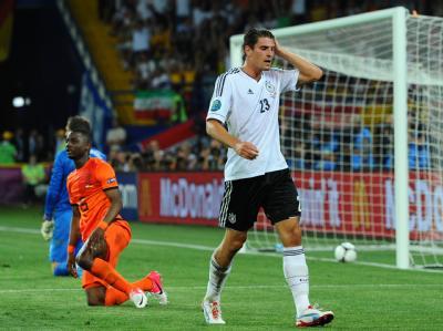 Und wieder Gomez...Der Toptorjäger der DFB-Elf verwertet erneut einen Schweinsteiger-Pass. Foto: Thomas Eisenhuth