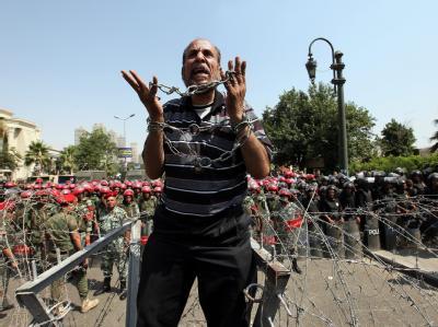 Ein Gegner des Präsidentschaftskandidaten Schafik schreit vor dem Verfassungsgericht in Kairo seinen Protest heraus. Foto: Khaled Elfiqi
