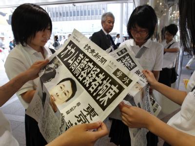 Die Zeitungen in Japan machen mit der Festnahme des gesuchten Katsuya Takahashi auf. Foto: Kimimasa Mayama