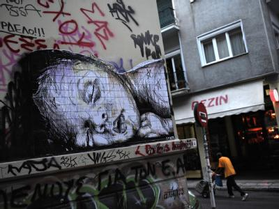Ein schlafendes Kind ist in Athen auf eine Hauswand gemalt. Foto: Emily Wabitsch