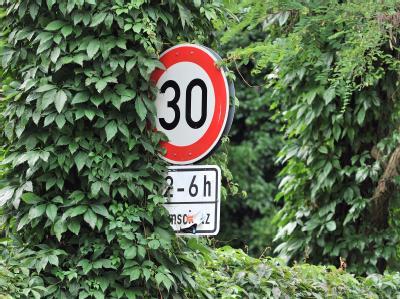 Der Deutsche Städtetag hält Tempo 30 auf allen Straßen in den Städten nicht für sinnvoll. Foto: Peter Kneffel/Archiv