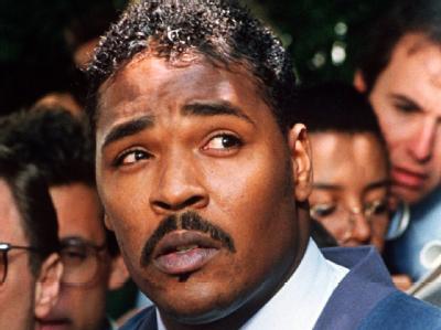 Rodney King, der von vier weißen Polizisten schwer misshandelt worden war, ruft am 1. Mai 1992 in Los Angeles zu einem Ende der Gewalt auf. Foto:EPA/Archiv