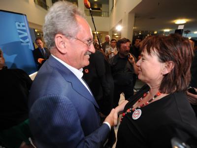 Der Münchner Oberbürgermeister Christian Ude (SPD) gratuliert der Startbahngegnerin Helga Stieglmeier vom Aktionsbündnis «AufgeMUCkt». Foto: Tobias Hase