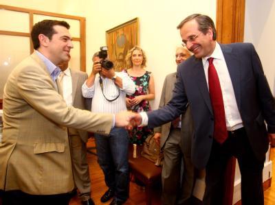 Der Chef der Nea Dimokratia, Samaras (r), begrüßt den Chef des radikalen Linksbündnisses, Alexis Tsirpa, zu Sondierungsgesprächen. Foto: Alexandros Vlachos