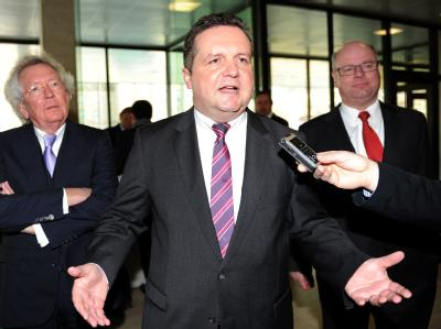 Der frühere baden-württembergische Ministerpräsident Stefan Mappus (M., CDU) gerät wegen des umstrittenen EnBW-Deals auch in der eigenen Partei unter Beschuss. Foto: Bernd Weißbrod/Archiv