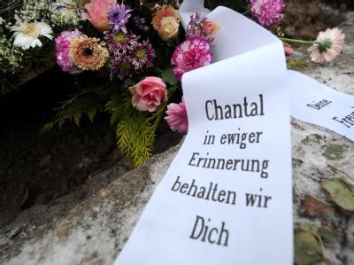 Mit Blumen und Kränzen geschmückt: das Grab der elfjährigen Chantal in Hamburg. Foto: Christian Charisius/Archiv