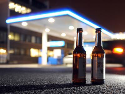 Bierflaschen vor Tankstelle