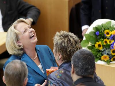 Schulministerin Sylvia Löhrmann (Grüne) gratuliert der frischgebackenen neuen und alten Ministerpräsidentin von Nordrhein-Westfalen. Foto: Roland Weihrauch
