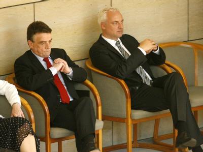 Der neue Wirtschaftsminister Garrelt Duin (r,SPD) und der neue Verkehrsminister Michael Groschek (SPD) warten in Düsseldorf im Landtag auf ihre Vereidigung. Foto: Roland Weihrauch