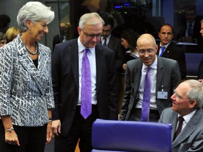 Bundesfinanzminister Wolfgang Schäuble (r.) im Gespräch mit IWF-Chefin Christine Lagarde (r.). Foto: Nicolas Bouvy